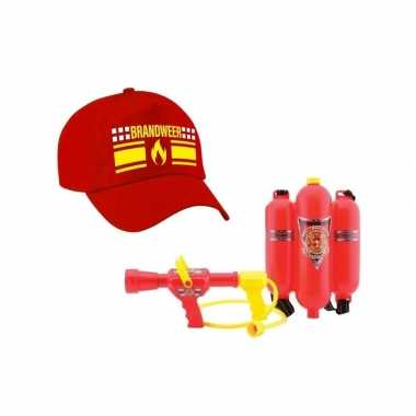 Brandweer met vlam verkleed pet en brandblusser waterpistool