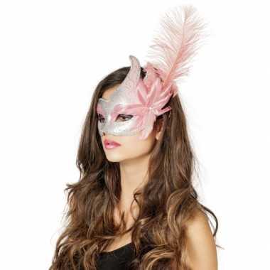 Carnaval oogmasker roze zilver met grote bloem en veer