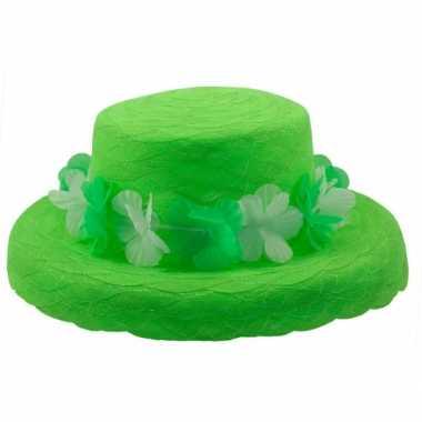 Groene hoed met bloemen